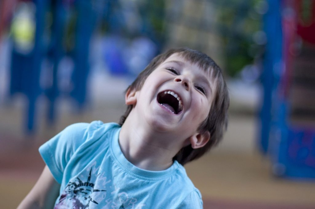 Les jeunes enfants ne racontent pas de blagues